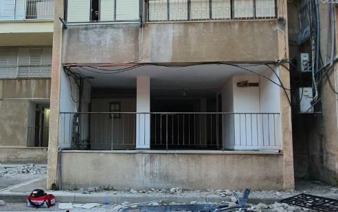בת 62 נפלה מחור שנפער ברפסת בקומה שלישית בחיפה – ונהרגה
