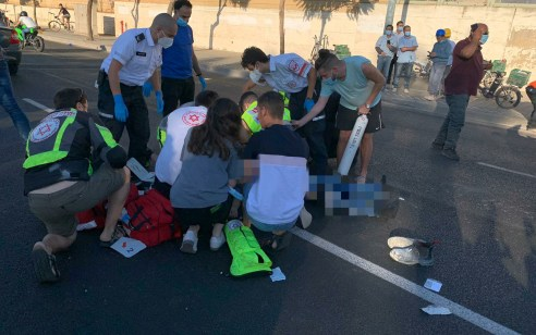 רוכב אופניים חשמליים כבן 30 נהרג מפגיעת רכב בפתח תקווה