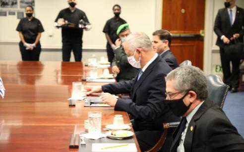 """גנץ חתם בוושינגטון על הצהרה בדבר מחוייבות ארה""""ב לשמירת עליונות הביטחונית של ישראל"""