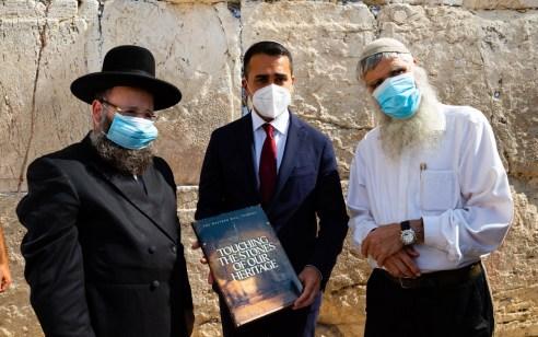 ביקור רשמי ראשון ומרגש מאז פתיחת הסגר: שר החוץ של איטליה בתפילה בכותל המערבי