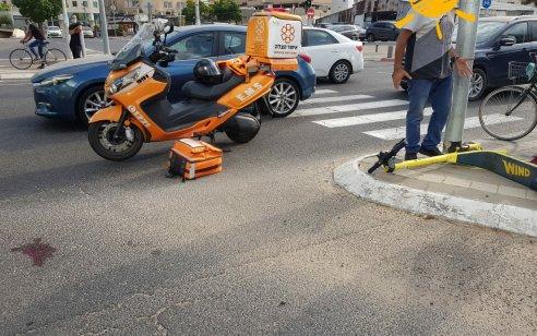 רוכבת קורקינט חשמלי בת 47 נפגעה מרכב בתל אביב – מצבה קשה