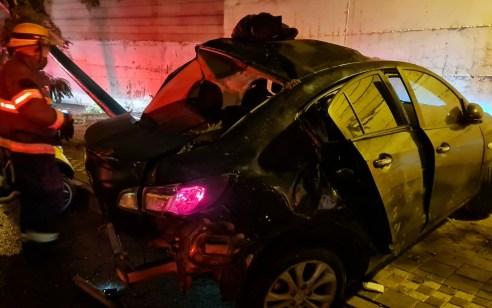 פתח תקווה: בן 18 נפצע בינוני עד קשה כתוצאה מהתנגשות רכבו בעץ