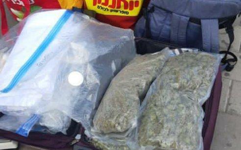 מרדף מסוכן ברמלה: התנגשו בניידות משטרה – ונתפסו עם מזוודות מלאות סמים | תיעוד ממסוק