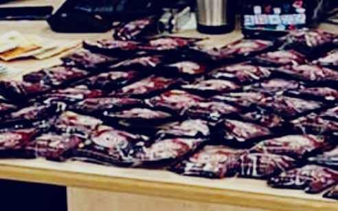 """תושב ת""""א נעצר בחשד לסחר בסמים – ברשותו נתפסו עשרות שקיות של סמים מסוג 'נייס גאי'"""