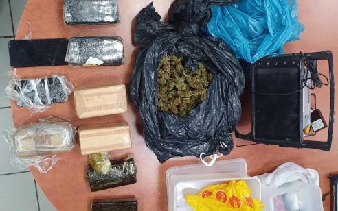 נתניה: המשטרה עצרה אתמול חשוד בגנבת רכב, וחשפה בביתו מצבור סמים