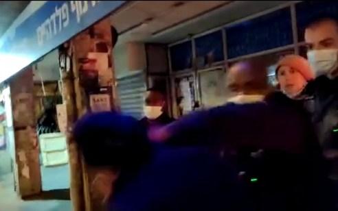 מפחדים מתיעודים? שוטרים נוקטים באלימות קשה נגד עיתונאים בהפגנות | צפו