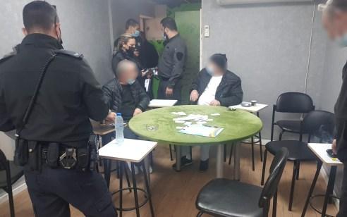 בפעילות ממוקדת של השוטרים: אותרו במבנה באשדוד קבוצת אנשים שהפרו את ההנחיות וקיימו במקום משחקי קלפים