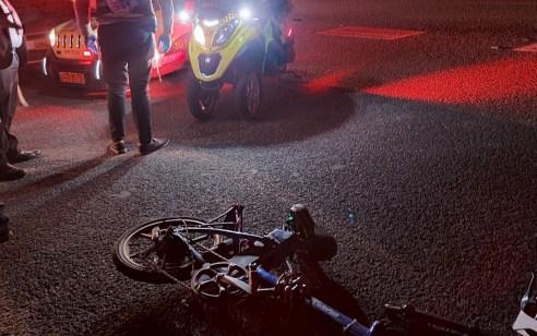 רוכב אופניים חשמליים בן 30 נפצע קשה מפגיעת רכב בדרך אם המושבות