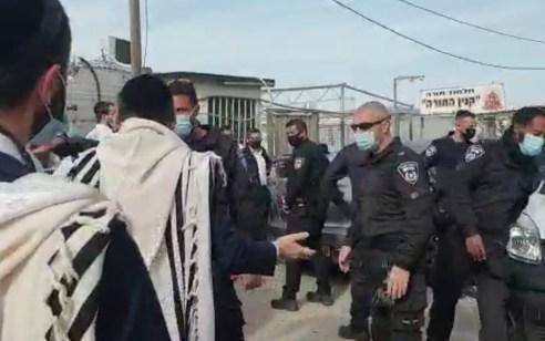 מודיעין עילית: עימותים בין תושבים לשוטרים במהלך אכיפה בגן ילדים – 2 חשודים נעצרו   תיעוד