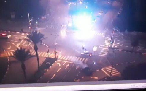 תיעוד ממרדף משטרתי בלוד: נהג ברח משוטרים, חצה צומת באור אדום – והתנגש ברכב