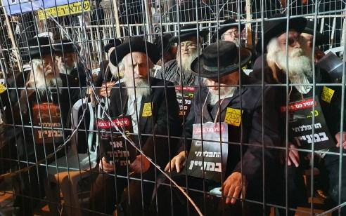 מאות קיצונים הפגינו בכיכר השבת ובר אילן בירושלים במחאה על סגירת בתי הכנסת ותלמודי תורה