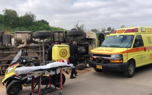 תל אביב: שני פצועים בינוני וקל בהתהפכות משאית