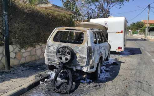 """תושב תל אביב נעצר בחשד שהצית רכב של אדם עמו מסוכסך ונכנס לחנות גלידה """"לקרר"""" את עצמו"""