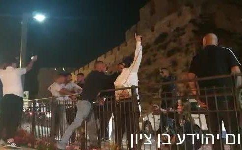"""בלשים מחופשים לחרדים הותקפו ע""""י ערבים בירושלים – אחד הבלשים שלף את נשקו """