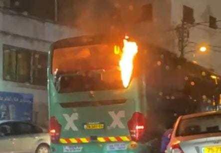 אוטובוס אגד נרגם באבנים והוצת לאחר שנהג נכנס עם משפחתו לעיסאוויה לקצר את הדרך