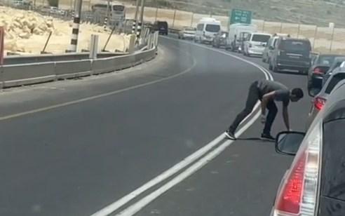 תיעוד: נעצרו 2 ערבים תושבי חברון שקרעו דגל ותקפו ממניע גזעני