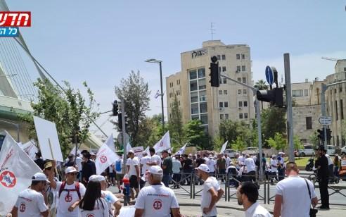 """מחאת נכי צה""""ל: מפגינים חסמו את צומת גשר המיתרים בכניסה לירושלים ומחו מול משרד האוצר"""