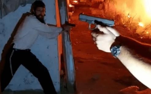 תיעוד דרמטי: ערבים הציתו רכב והשליכו בלוקים סמוך לשמעון הצדיק – יהודים שלפו אקדחים