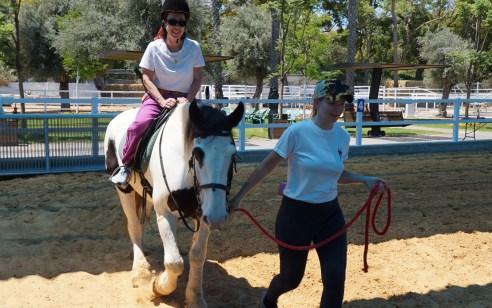 לכבוד יום הבליינד די: אנשים עם עיוורון ולקויות ראייה השתתפו בפעילות ברכיבה על סוסים