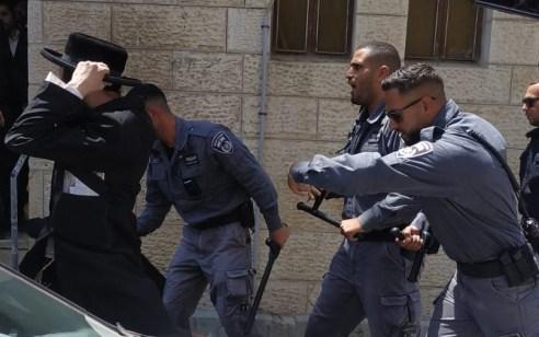 צפו: קיצונים מחו נגד פריצות בשכונת גאולה בירושלים – שוטרים פיזרו אותם עם אלות