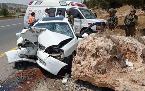 נהג רכב כבן 60 התנגש בסלע סמוך לצומת עתניאל – מצבו אנוש