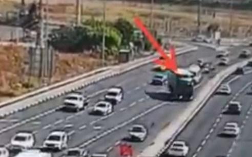 תיעוד הזוי: נהג משאית פגע ברוכב קורקינט, ניסה להמלט ואיים עם סכין