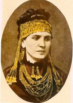 Η Σοφία Σλήμαν με κοσμήματα από τον «θησαυρό του Πριάμου».