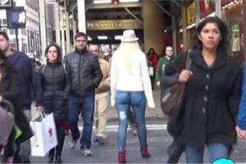 Κι όμως, αυτή η κοπέλα που περπατάει στη Νέα Υόρκη είναι γυμνή!