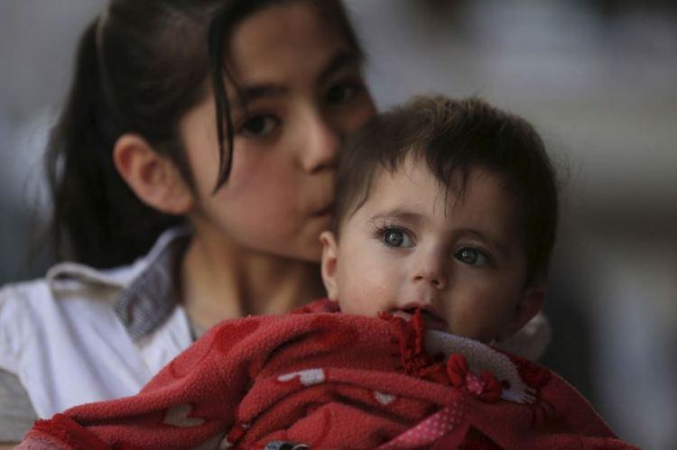 Από το χαμόγελο στον τρόμο - Η συγκλονιστική διπλή φωτογραφία του κοριτσιού στη Δαμασκό Πηγή