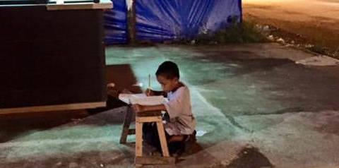 Μια κοπέλα φωτογράφησε ένα αγόρι που διάβαζε στο πεζοδρόμιο και του άλλαξε τη ζωή