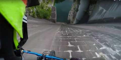 Απίστευτη βουτιά ποδηλάτων από τα 60 μέτρα