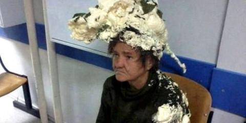 Γυναίκα μπέρδεψε τον αφρό μαλλιών με τον αφρό διογκούμενης πολυουρεθάνης