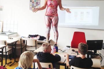 Καθηγήτρια βιολογίας έχει τον δικό της τρόπο διδασκαλίας του ανθρώπινου σώματος στο σχολείο