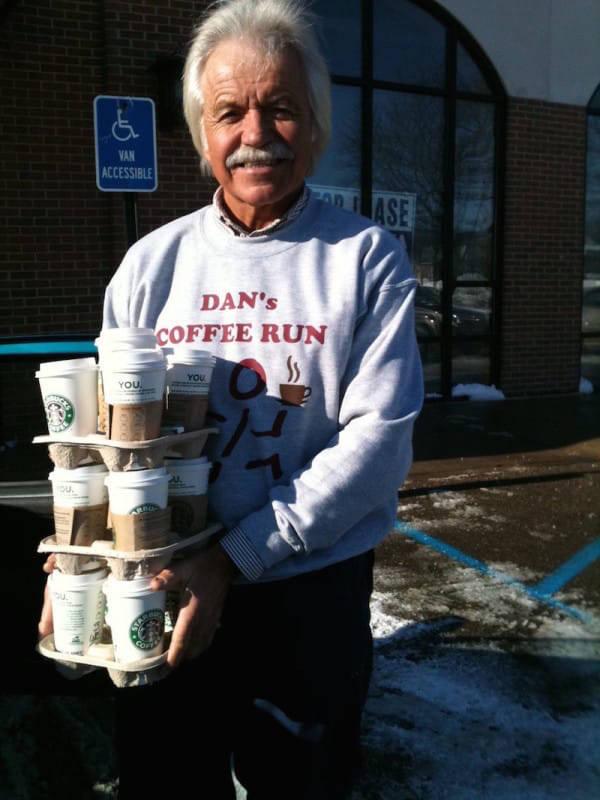 Κάθε εβδομάδα αυτός ο 69χρονος αγοράζει 24 ποτήρια καφέ, το γιατί; Απλά …Μπράβο!!!