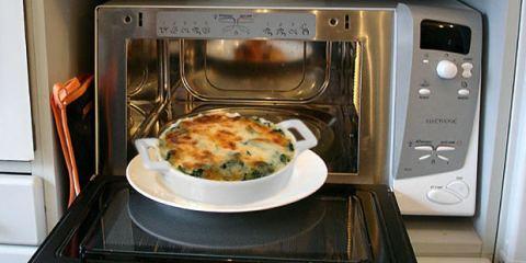 8 πράγματα που δεν πρέπει να μπαίνουν στο φούρνο μικροκυμάτων!
