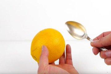 Πως να καθαρίσετε ένα πορτοκάλι με κουτάλι (Video)