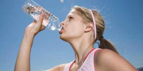 12 σημάδια που δείχνουν ότι δεν πίνετε αρκετό νερό