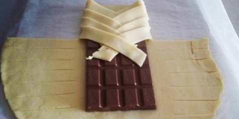 Τυλίγει μια σοκολάτα με φύλλο και δημιουργεί εύκολα και γρήγορα μια λιχουδιά. (Βίντεο)