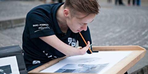 Γεννήθηκε χωρίς χέρια αλλά τα πορτραίτα που ζωγραφίζει μοιάζουν με φωτογραφίες!