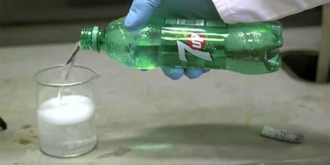 λίθιο σε ένα ποτήρι 7-Up