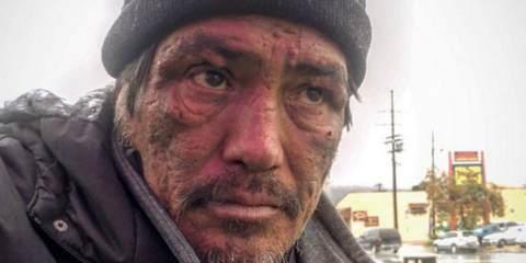 Η δημοσιογράφος τον ρώτησε γιατί είναι άστεγος
