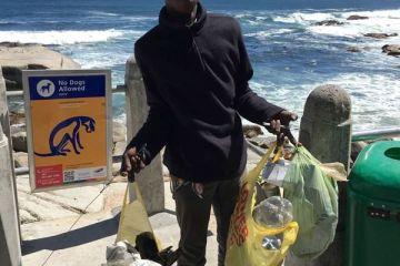 Άστεγος καθαρίζει κάθε μέρα την παραλία