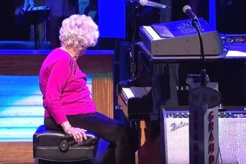 98χρονη γιαγιά μπροστά στο πιάνο