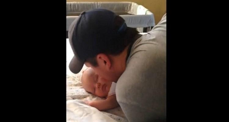 Καληνύχτισε το μωρό του με ένα φιλί