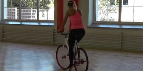 τι κάνει αυτή η κοπέλα με το ποδήλατο