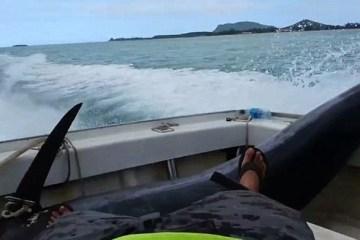 ψαράς που ποζάρει και χαμογελά με… τρυπημένο πόδι