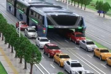 υπερυψωμένο λεωφορείο που περνά πάνω από αυτοκίνητα