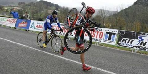 Ποδηλάτης αρνείται να προσπεράσει τον αντίπαλο του