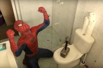 Ο Thor τρολάρει τον Spiderman αφήνοντας το σφυρί του σε διάφορα σημεία