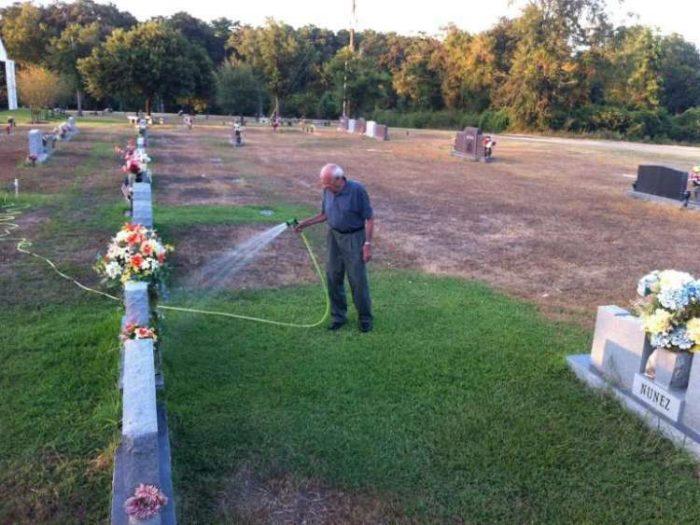 ίδε έναν ηλικιωμένο να ποτίζει τον τάφο 5